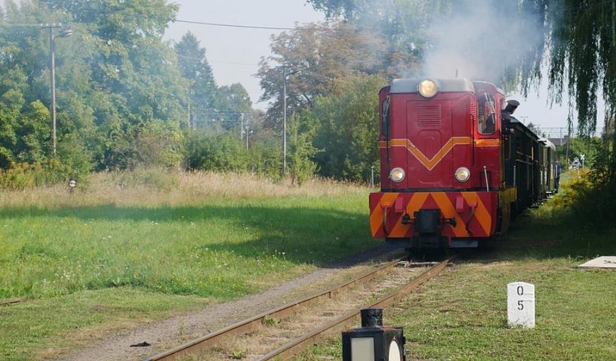 Kolej Rogowska wydłuża sezon, bo rośnie ruch turystyczny