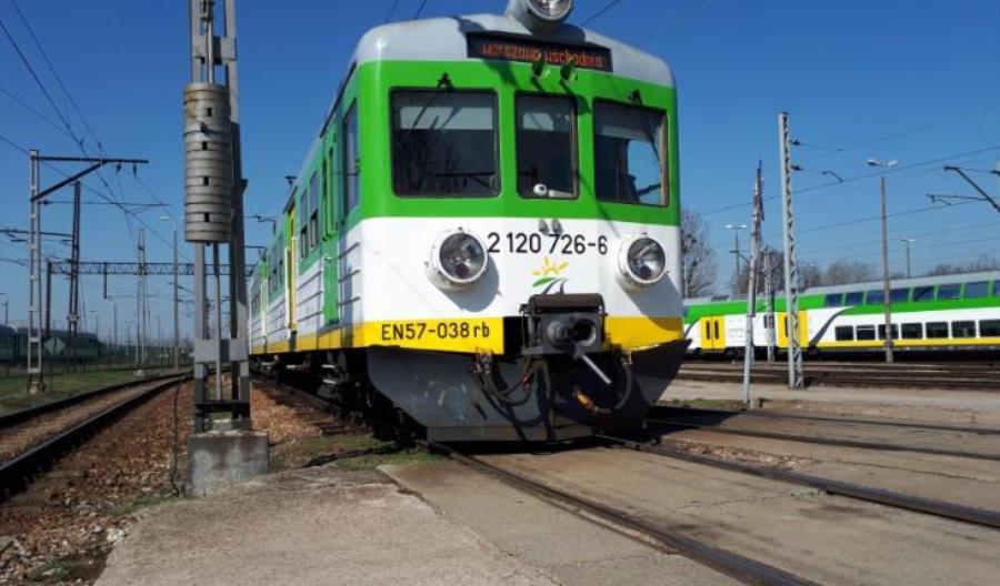 """Mazowsze: Pasażerowie nie mieszczą się w pociągach. KM: To przez """"kumulację napraw"""""""