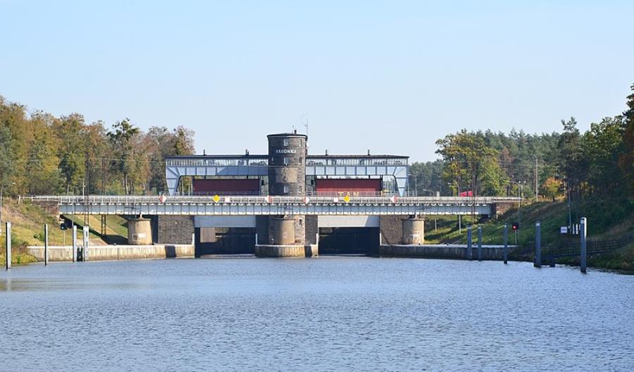 Kędzierzyn-Koźle: Wypadek przy remoncie mostu. Dźwig w kanale