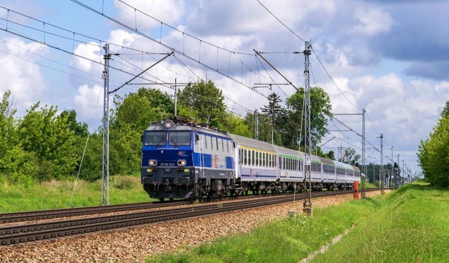 Po ogłoszeniu obostrzeń PKP Intercity wzmocniło już 77 pociągów 108 wagonami