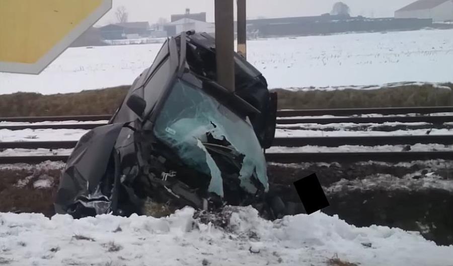 Oto skutki wypadku na przejeździe. Kierowca miał dużo szczęścia [film]