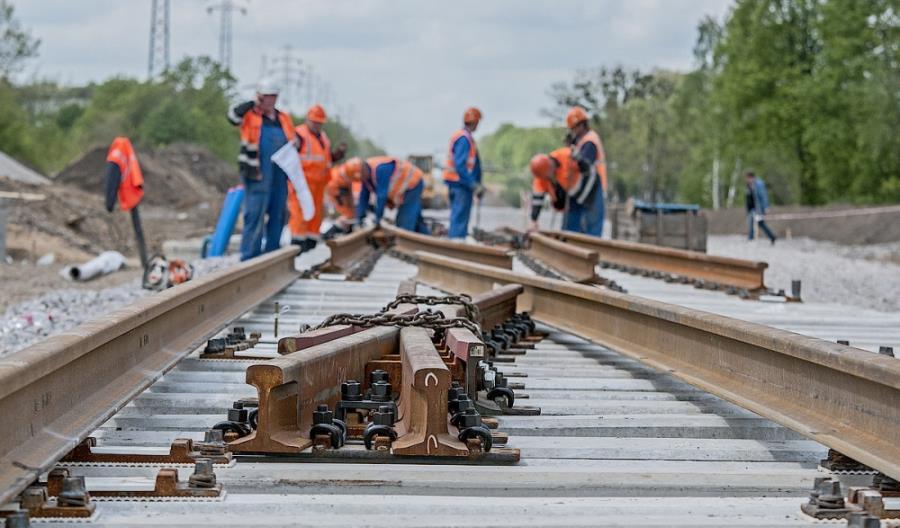 Modernizacje kolejnych linii kolejowych opóźnione. Adamczyk: PLK robi co może, by tego uniknąć