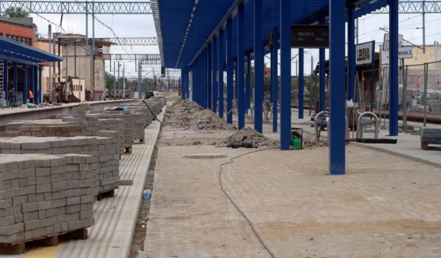 Nawierzchnia jednego z peronów stacji Leszno budowana od nowa [stanowisko Torpolu]
