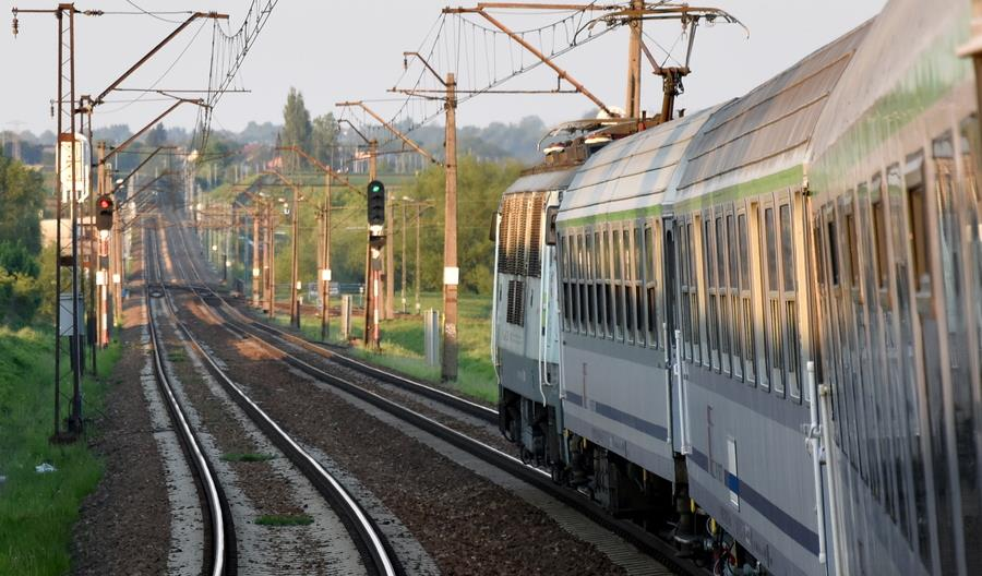 Pasażerów zbyt dużo dla połowy miejsc w pociągu. PKP Intercity dołączało wagony