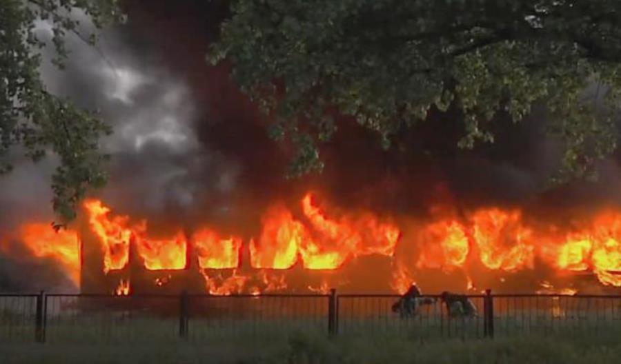 Spłonął drugi wagon 102A na bocznicy Muzeum Kolejnictwa w Dzierżoniowie [film]