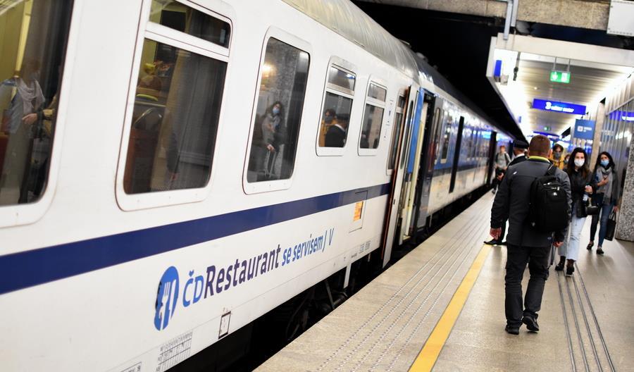 Od soboty obowiązek noszenia maseczek nie tylko w pociągach i autobusach