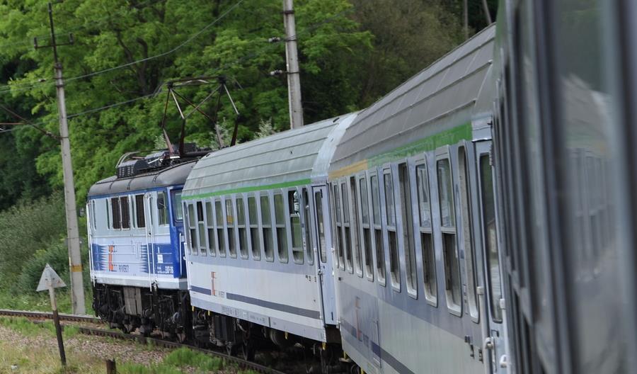 Dwa pociągi PKP Intercity na jednym torze pod Koszalinem