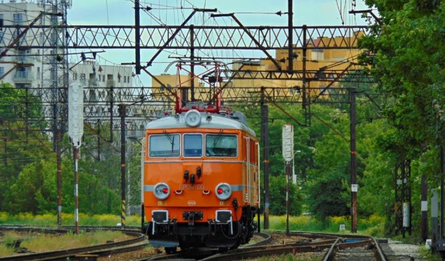 Pierwsza z lokomotyw EP08 wróciła do swoich historycznych barw [wideo]