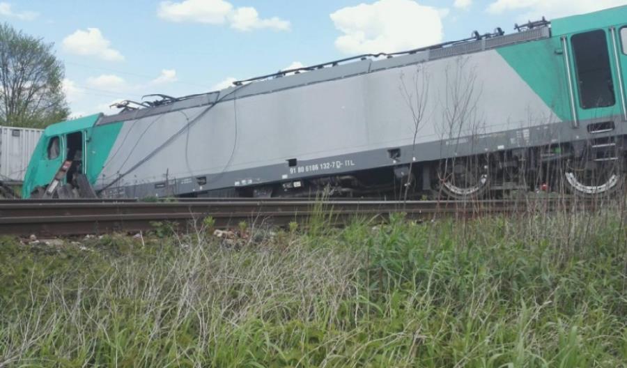 Kolizja ciężarówki z pociągiem w Świętokrzyskiem. Trzy osoby ranne