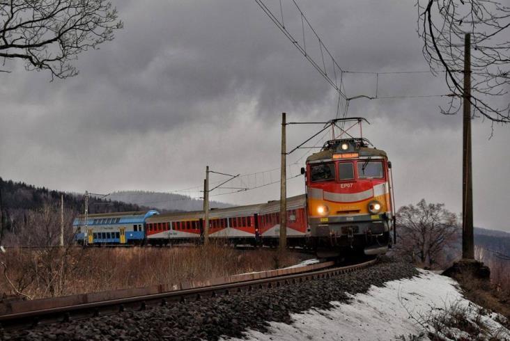 EN57, lokomotywa i wagon już w malowaniu PolRegio [zdjęcia]