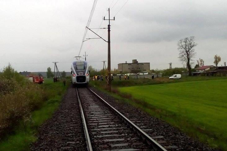 Zderzenie Darta i busa na przejeździe w Cieszkowie [zdjęcia]