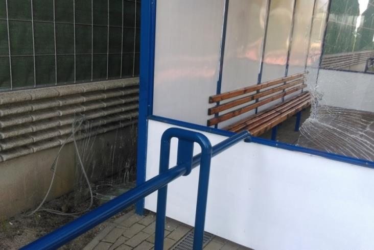 Wandale zdewastowali wiatę na przystanku Sucha Żyrardowska