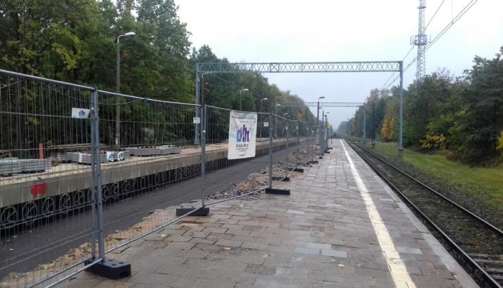 Mieszkańcy narzekają na bezpieczniejsze przejście na peron w Zalesiu Górnym