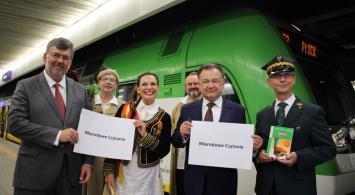 """Narodowe Czytanie """"Wesela"""" w pociągu KM Mazovia"""