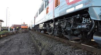 Ciężarówka dowożąca materiały na modernizację E59 wjechała pod pociąg pasażerski