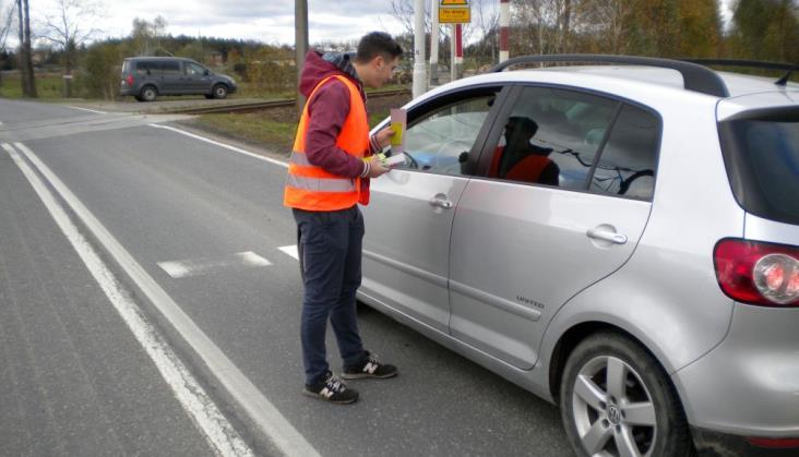 """PLK apeluje o przestrzeganie znaku """"stop"""" na przejazdach"""
