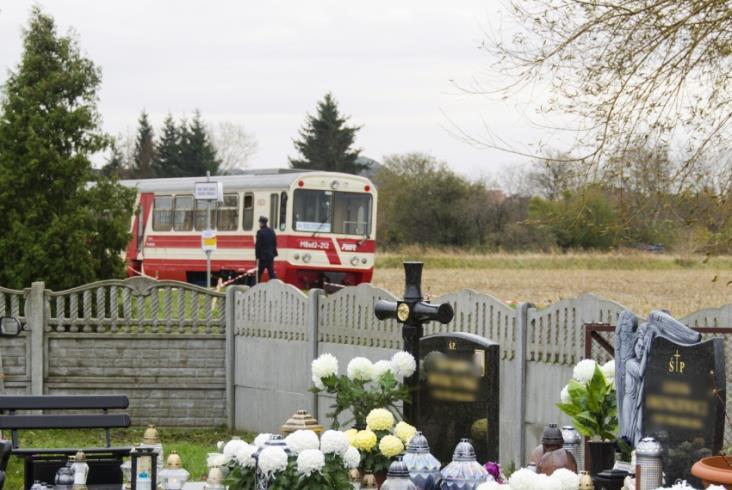 Wąskotorówką ŻKD na nowodworski cmentarz jeździły tłumy [zdjęcia]