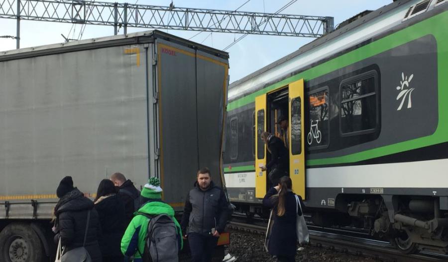 Wypadek w Piastowie. Pociąg KM uderzył w ciężarówkę [zdjęcia]