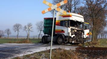 Pociąg KW z Wolsztyna zderzył się z ciężarówką [zdjęcia]