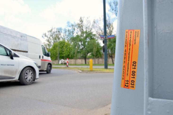 PLK zadba o bezpieczeństwo kierowców. Za pomocą naklejek