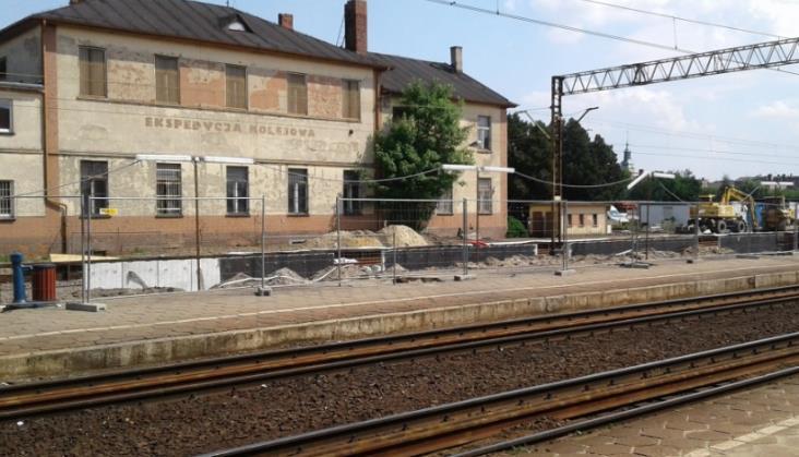 Litania uwag do opóźnionej modernizacji stacji Leszno. Ministerstwo odpowiada