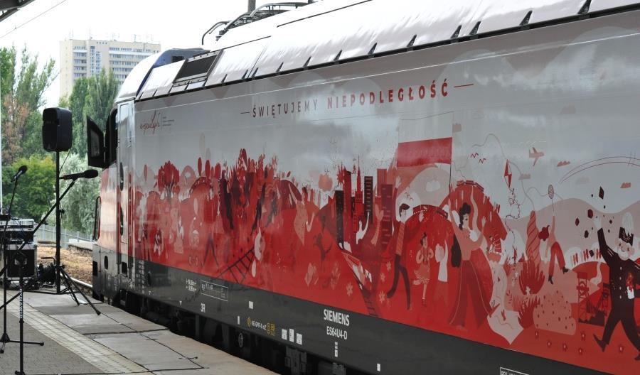 Pierwsza lokomotywa PKP IC już w specjalnych barwach na stulecie niepodległości