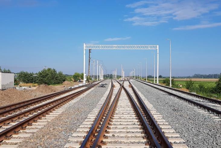 Pociągi wracają na zamknięty odcinek E20, ale sukcesu wcale nie ma