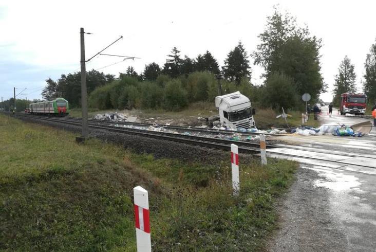 Poważny wypadek kolejowy pod Łapami. Są ranni [zdjęcia]