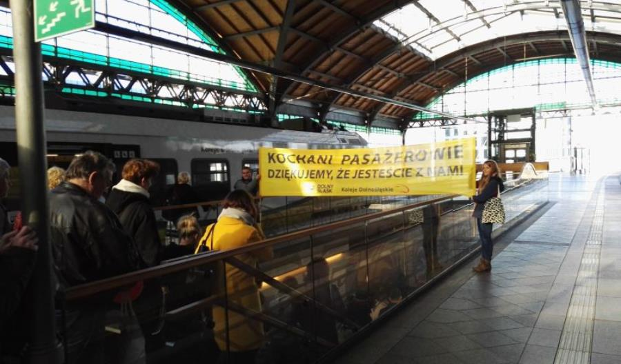 Koleje Dolnośląskie przywitały swoich pasażerów na wrocławskim Dworcu Głównym