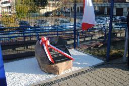 Włoszczowa Północ ma tablicę upamiętniającą P. Gosiewskiego, Jasło – pomnik patronki kolejarzy
