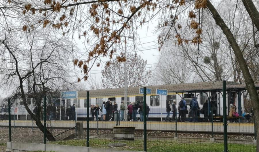 Jednowagonowy pociąg z Chełma do Lublina. Pasażerowie wchodzili przez okna [zdjęcia]