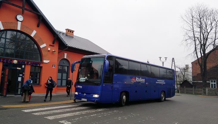 """Łódź – Sieradz: Podróżni nie mieszczą się do autobusów zastępczych. """"To incydent"""""""