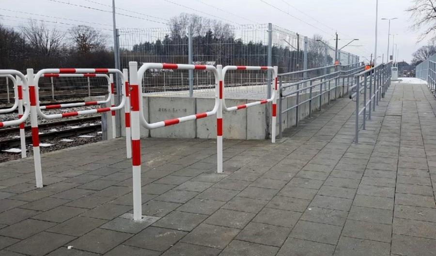 We Włoszczowie podróżni korzystają z nowego peronu