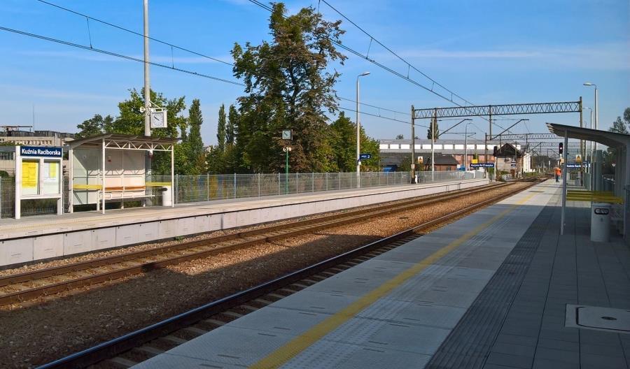 Trzy przebudowane stacje na linii kolejowej z Kędzierzyna do Chałupek