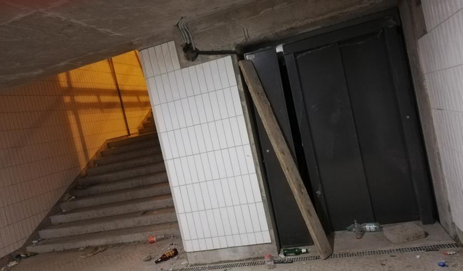Tunel na stacji  Warszawa Włochy jeszcze nie oddany, a już zdemolowany [zdjęcia]