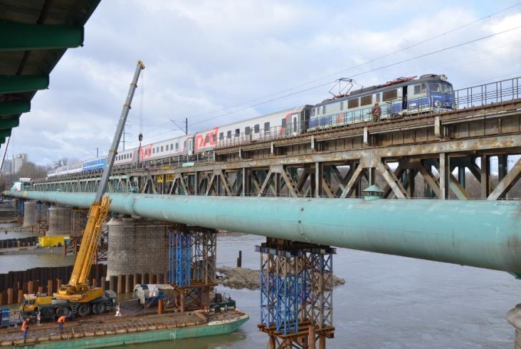 Barki i dźwigi na przebudowie mostu kolejowego w Warszawie