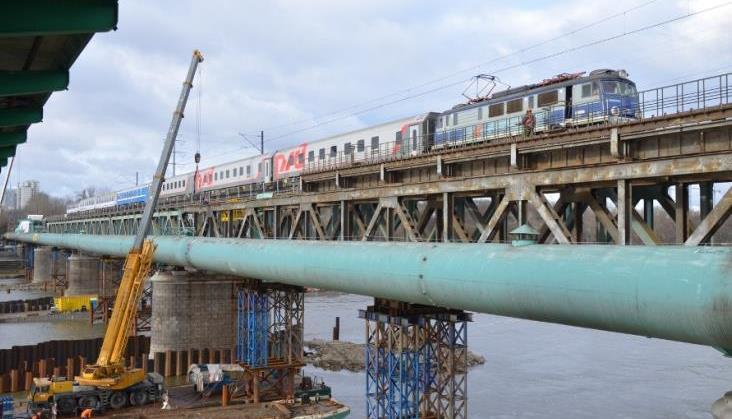 Podtopiona barka wykonawcy modernizacji kolejowego Mostu Gdańskiego