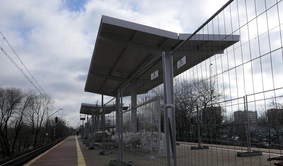 PLK montuje wiaty na przystanku Warszawa Zoo