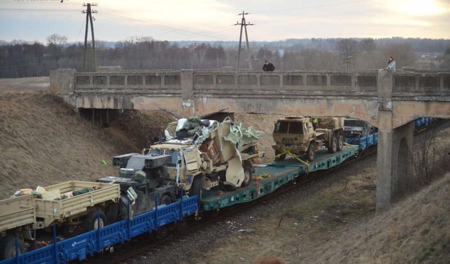 Olecko: Amerykański sprzęt wojskowy przewożony pociągiem uderzył w wiadukt [zdjęcia]