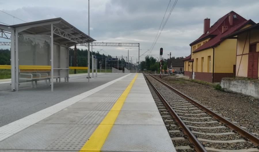 Podróżni wyjeżdżają z nowych peronów między Suminą a Nędzą