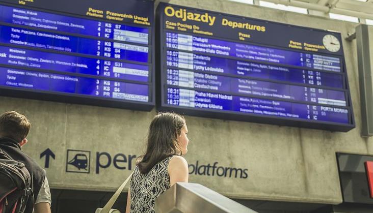 Wyświetlacze na wielu dworcach nie wskazują opóźnień. PKP SA: Zmieniamy to