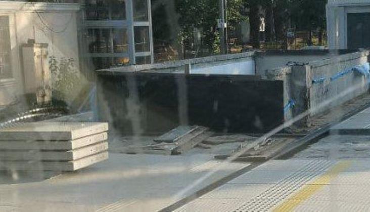 Linia 447 dalej niegotowa. Kolejne zmiany rozkładu i dziura na peronie w Milanówku