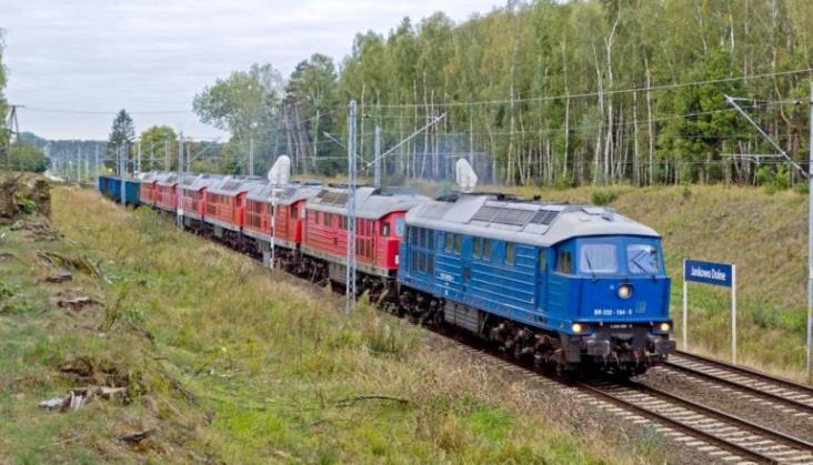 Świetny sierpień dla kolei pasażerskiej, przewozy towarów dalej spadają