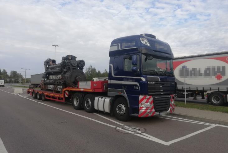 Kontrola drogowa zatrzymała ciężarówkę przewożącą silnik do lokomotywy. Masa przekroczona o 5 ton