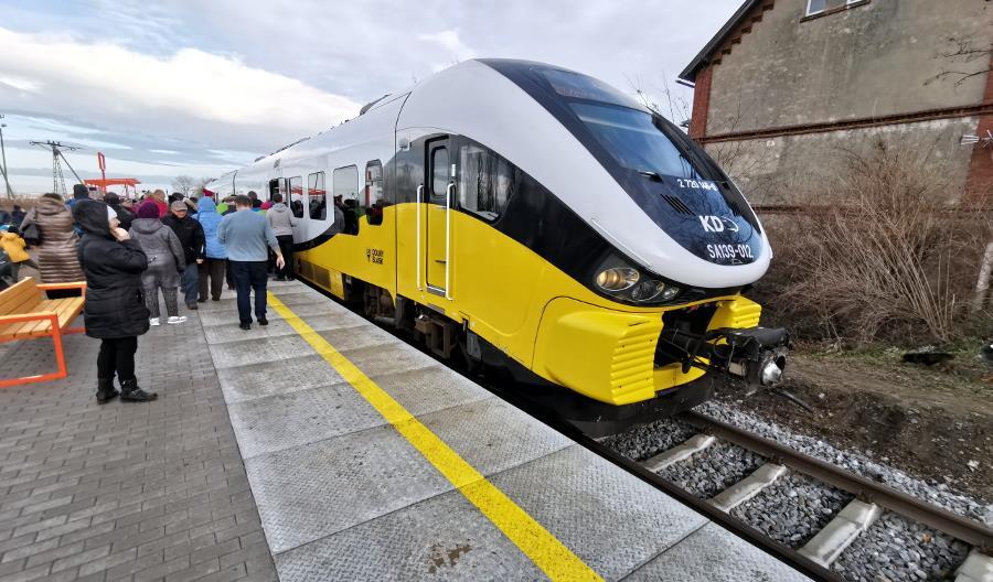 Bielawa: Tłumy ludzi w pociągach. Tory zablokowane przez protestujących