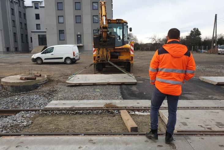 """Ruch pociągów do Bielawy na krótko wstrzymany. """"Płyty betonowe przy torach"""""""