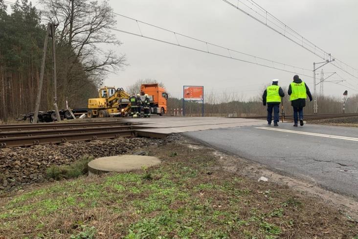 Ciężarówka wjechała pod pociąg Berlin – Warszawa Wschodnia. Nagranie z miejsca zdarzenia