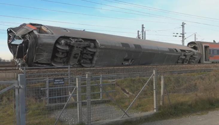 Złe ustawienie zwrotnicy przyczyną katastrofy kolejowej we Włoszech