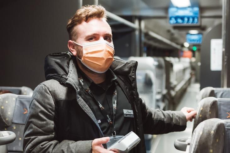 Leo Express rozdaje pasażerom darmowe maski ochronne