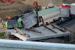 W Niemczech rozbierany most zawalił się wprost przed pociągiem [szczegóły]